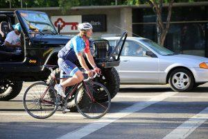 Ciclisti in mezzo al traffico