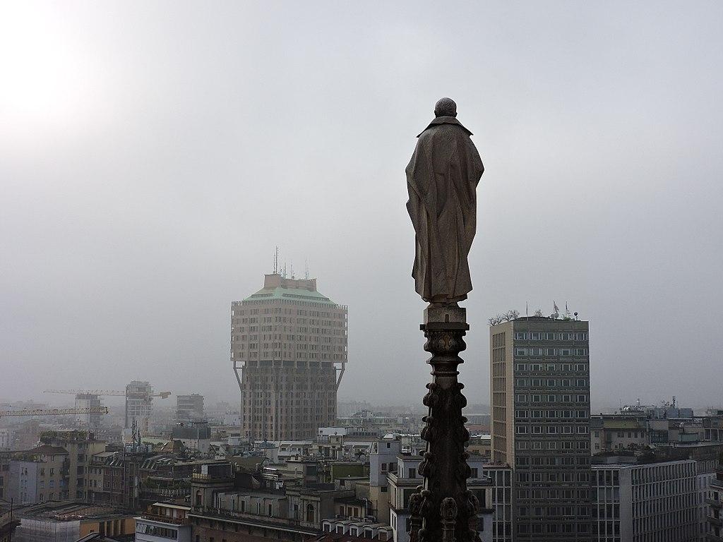 Scorcio della città di Milano avvolta nella nebbia