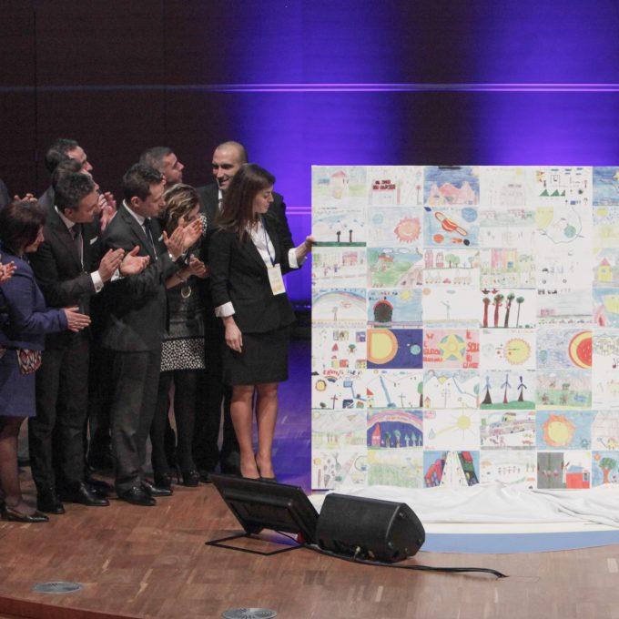 La maxi tela donata al MInistero dell'Istruzione durante l'edizione del 2015