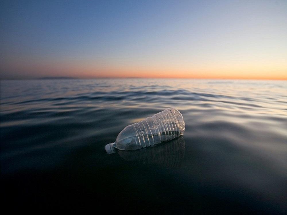 bottiglia di plastica nell'oceano