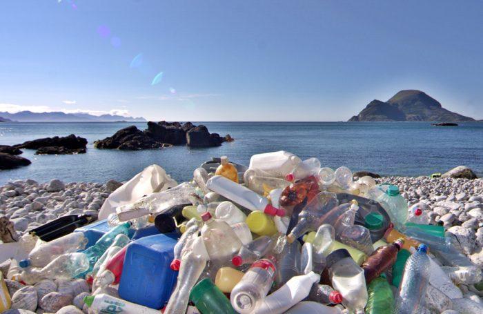 Bottiglie di plastica inquinano una spiaggia