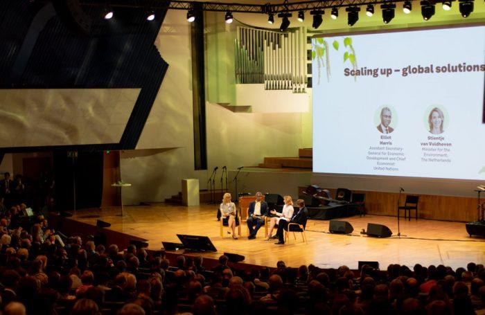 Un dibattito durante il Forum Mondiale dell'Economia Circolare 2019