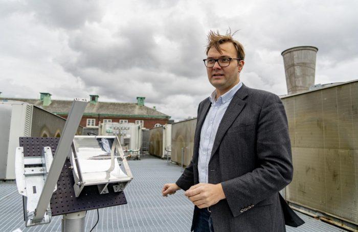 Il professor Kasper Moth-Poulsen, capo del team di ricerca, sul tetto del campus universitario di Göteborg, con il collettore solare termico