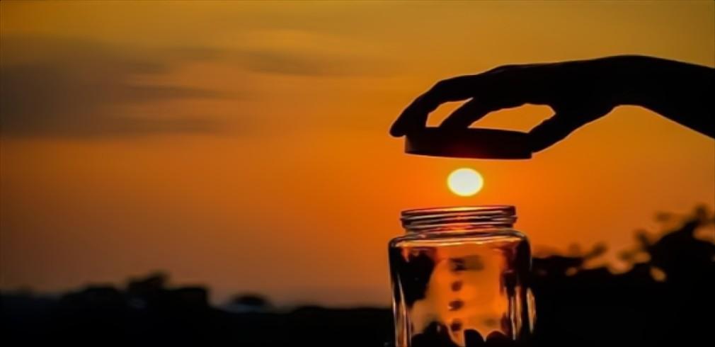 Il Sole al tramonto sembra venire intrappolato in barattolo