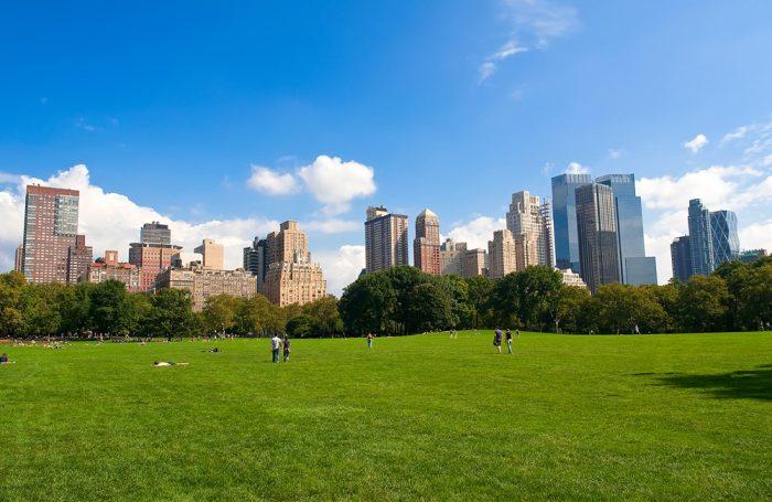 Un città con una grande spazio verde