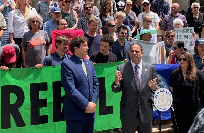Benjamin Kallos e Costa Constantinides del New York City Council manifestano a favore della risoluzione per dichiarare l'emergenza climatica
