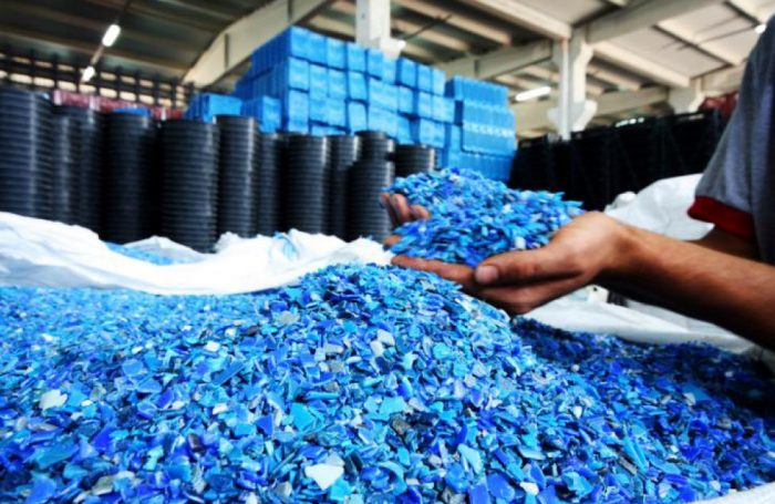 La lavorazione della plastica riciclata